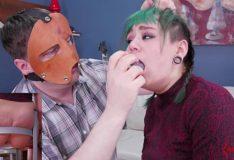Novinha punk transando na foda anal